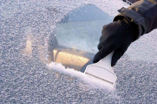 4 лесни начина за размразяване предното стъкло на колата Ви
